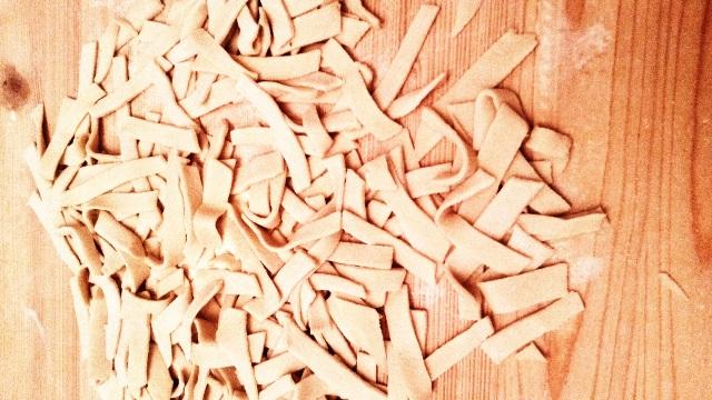 sagne abruzzesi fresche su piano di legno